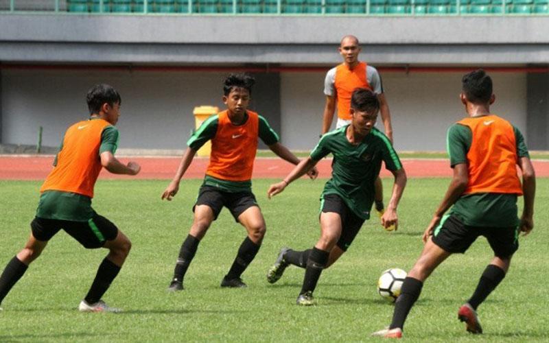 Para pemain Timnas Indonesia U-16 menjalani sesi latihan di Stadion Patriot Candrabhaga, Bekasi, Jawa Barat./Antara - Risky Andrianto