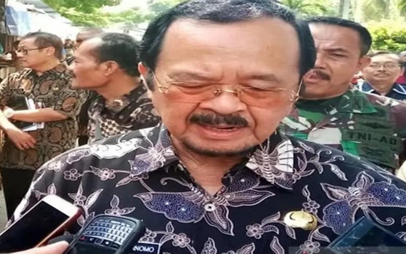 Achmad Purnomo saat memberi keterangan mundur dari pencalonan Pilkada 2020 Surakarta di Solo, Jumat (24/4/2020). - Antara