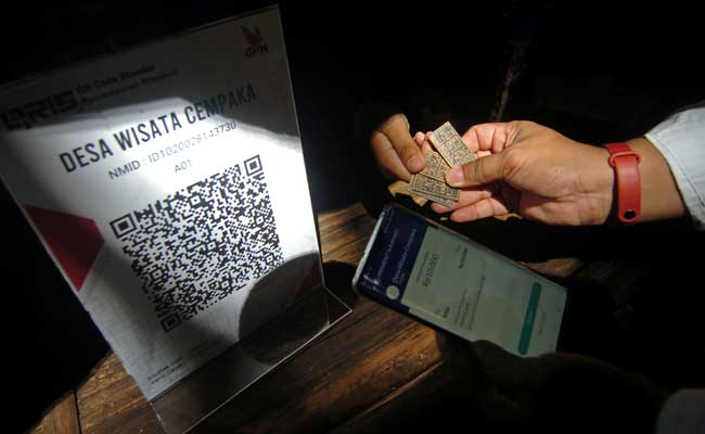 Petugas Bank Indonesia (BI) Tegal mempraktekkan cara melakukan pembayaran melalui aplikasi uang elektronik