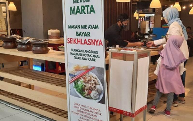 Restoran Mie Ayam Marta di lantai dasar Lotte Mart Fatmawati, Jakarta Selatan, menyediakan mie ayam dengan bayaran seikhlasnya, Sabtu (18/7/2020). - ANTARA/Laily Rahmawaty