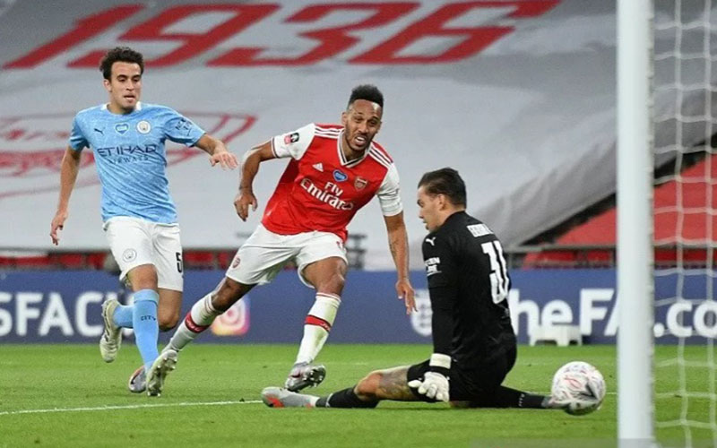 Penyerang Arsenal Pierre/Emerick Aubameyang (tengah) menjebol gawang Manchester City yang dikawal Ederson Moraes (kanan)