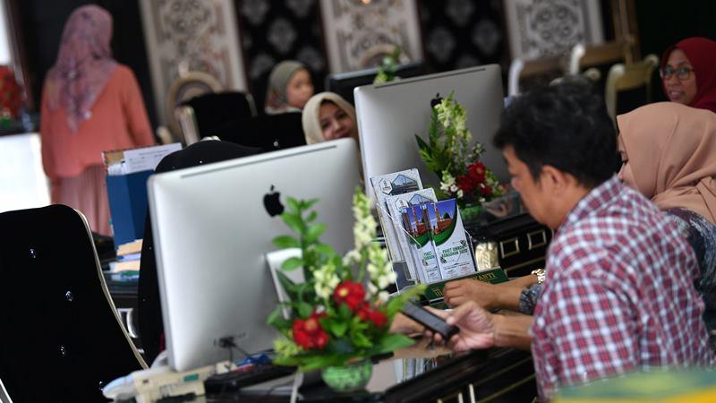 Calon jamaah umrah mencari informasi ibadah umrah  -  ANTARA / Sigid Kurniawan