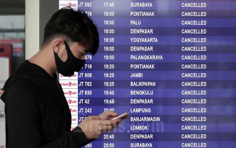 Calon penumpang melihat papan informasi mengenai penerbangan di Terminal IA Bandara Soekarno Hatta, Tangerang, Banten, Jumat (24/4/2020). Bisnis - Eusebio Chrysnamurti