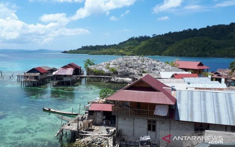 Pulau Papan, salah satu destinasi wisata andalan Pemerintah Kabupaten Tojo Unauna, yang berada di Taman Nasional Kepulauan Togean, Sulteng. - ANTARA/Muhammad Arsyandi