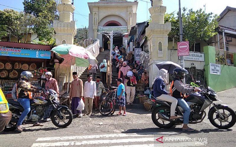 Suasana tangga menuju makam Sunan Muria di Desa Colo, Kecamatan Dawe, Kabupaten Kudus, Jawa Tengah, padat wisatawan, baik yang berjalan kaki lewat tangga maupun menggunakan jasa ojek, Minggu (19/7/2020). - ANTARA/Akhmad N. Lathif