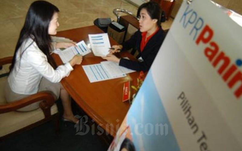 Karyawan PT Bank Panin Tbk tengah menawarkan produk kepada nasabah. - Bisnis.com