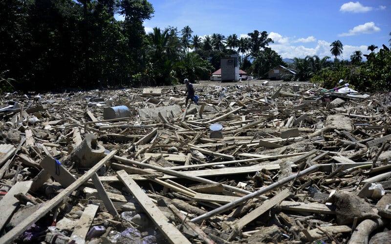 Warga mencari barangnya pasca banjir bandang di Desa Radda, Kabupaten Luwu Utara, Sulawesi Selatan, Minggu (19/7/2020). Pasca banjir bandang sejumlah warga yang terdampak mulai mengambil barangnya yang masih bisa digunakan. - Antara/Abriawan Abhe