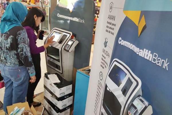 Nasabah mengambil uang tunai di anjungan tunai mandiri Bank Commonwealth, di Jakarta, Sabtu (10/6). - JIBI/Endang Muchtar
