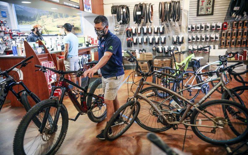 Seorang karyawan memindahkan sepeda di Trek Bicycle Shop di San Diego, California, pada Juma (15/5/2020). - Bloomberg/Sandy Huffaker