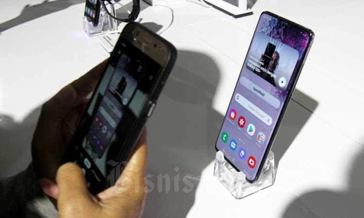 Warga memotret ponsel Samsung Galaxy S20 Series saat peluncurannya di Jakarta, Rabu (4/3/2020). Bisnis - Arief Hermawan P