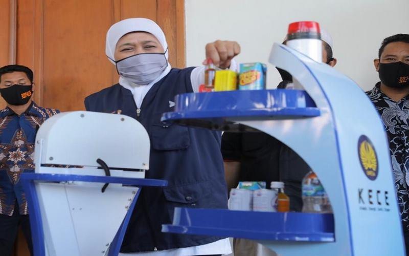 Universitas Negeri Surabaya (UNESA) menelurkan karya terbaru yakni robot yang diharapkan dapat membantu kerja tenaga kesehatan dalam menangani pasien Covid-19 di Jawa Timur. - Twitter@khofifahIP