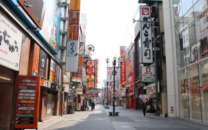 Sejumlah orang berada di distrik perbelanjaan dan hiburan Dotonbori di Osaka, Jepang, Rabu (8/4/2020), sehari setelah Perdana Menteri Jepang Shinzo Abe mengumumkan keadaan darurat selama sebulan untuk Tokyo, Osaka, dan lima perfektur lainnya./Antara - AFLO