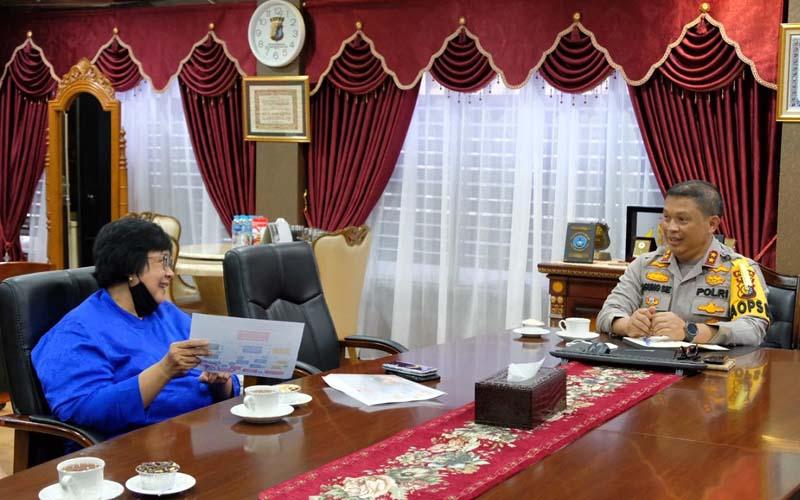 Menteri Lingkungan Hidup dan Kehutanan Siti Nurbaya (kiri) melakukan pertemuan dengan Kapolda Riau Irjen Pol Agung Setia Imam Efendi, dalam rangka pemantapan upaya pencegahan karhutla secara permanen. - Istimewa