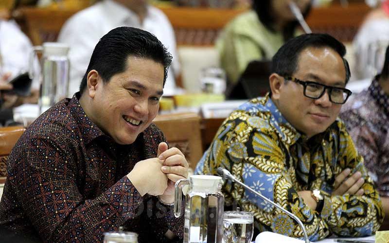 Menteri BUMN Erick Thohir (kiri) bersama dengan Wakil Menteri BUMN II Kartiko Wiroatmojo saat mengikuti rapat kerja dengan Komisi VI DPR RI di kompleks parlemen, Jakarta, Senin (2/12/2019). Bisnis - Arief Hermawan P