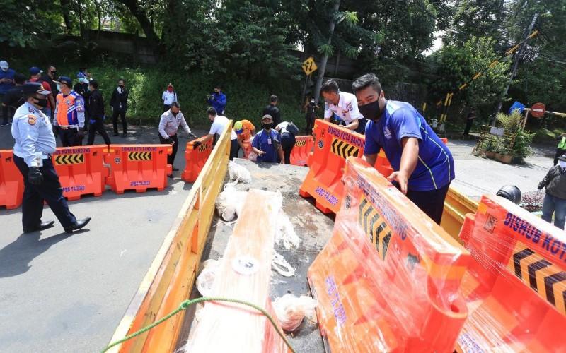 Penyekatan jalan di Kota Bandung - Bisnis/Dea Andriyawan