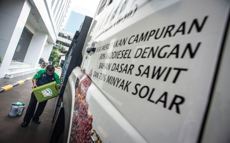 Petugas mengisi bahan bakar B30 ke kendaraan saat peluncuran uji jalan Penggunaan Bahan Bakar B30 untuk kendaraan bermesin diesel di halaman Kementerian ESDM, Jakarta, Kamis (13/6/2019). Uji jalan kendaraan berbahan bakar campuran biodiesel 30 persen pada bahan bakar solar atau B30 dengan menempuh jarak 40.000 dan 50.000 kilometer tersebut bertujuan untuk mempromosikan kepada masyarakat bahwa penggunaan bahan bakar itu tidak akan meyebabkan performa dan akselerasi kendaraan turun. - Antara / Aprillio Akb