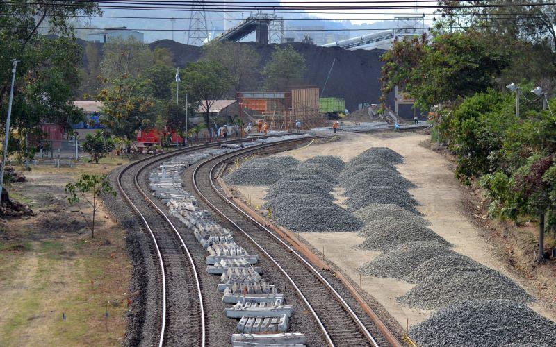 Ilustrasi - Pembangunan rel kereta batu bara. - Antara / Kristian Ali