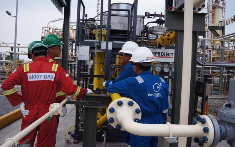 Pekerja melakukan pengawasan di proyek Grati Pressure Lowering yang dilakukan oleh Ophir Indonesia (Sampang) Pty. Ltd., Jawa Timur. Istimewa / Dok. SKK Migas