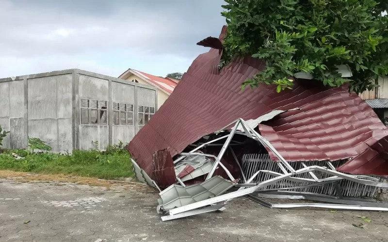 Atap gedung sekolah Taman kanak-kanak yang tertiup angin puting beliung - Antara