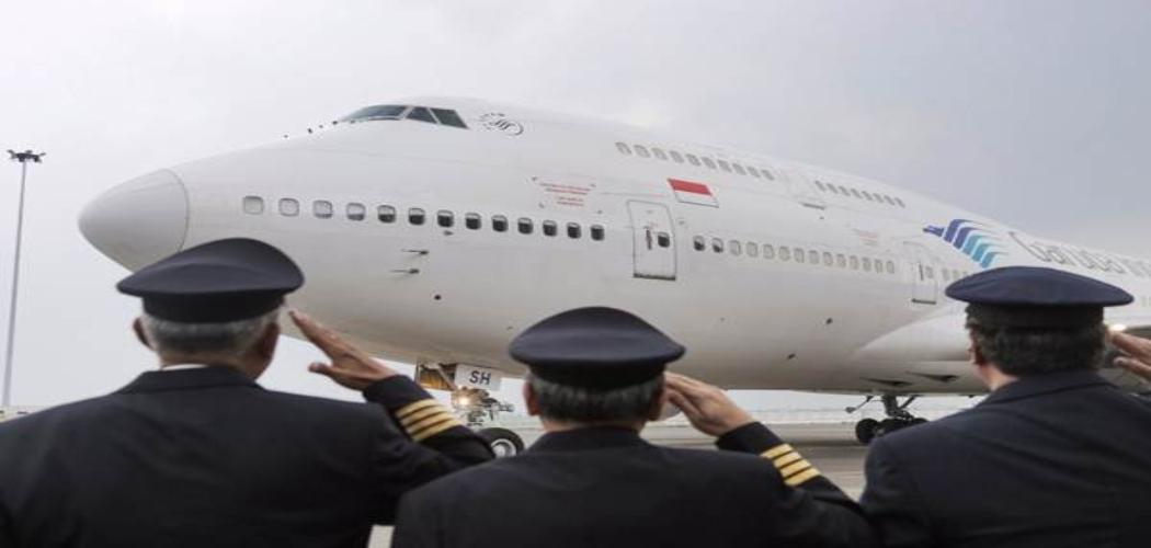 Pilot dan kru pesawat dalam prosesi mempensiunkan pesawat Boeing 747-400 setelah beroperasi selama 23 tahun sejak 1994. -  Bisnis / Felix Jody Kinarwan