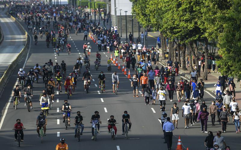 Warga berolahraga saat hari bebas berkendara atau Car Free Day (CFD) di kawasan Jalan M.H. Thamrin, Jakarta, Minggu (21/6/2020). ANTARA FOTO - Galih Pradipta