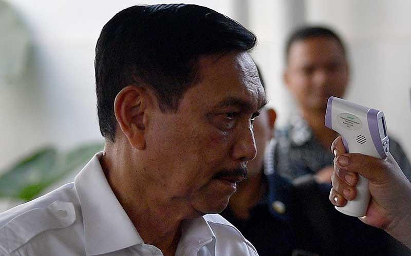 Menko Bidang Kemaritiman dan Investasi Luhut Binsar Panjaitan diperiksa suhu tubuhnya sebelum rapat dengan Presiden Joko Widodo di kompleks Istana Kepresidenan, Jakarta Pusat, Selasa (3/3/2020).  ANTARA FOTO - Sigid Kurniawan