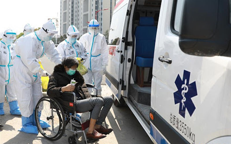 Ilustrasi-Seorang pasien Covid-19 pulang dari Rumah Sakit Leishenshan (Gunung Dewa Petir) di Wuhan, Provinsi Hubei, China, Kamis (4/4/2020)./Antara - Xinhua