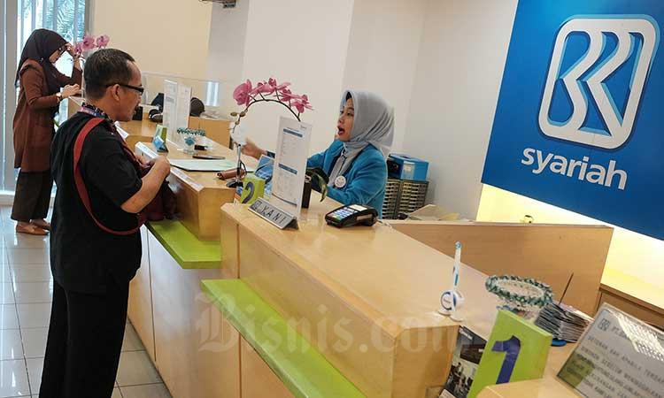 Karyawan melayani nasabah di banking hall Kantor Pusat BRI Syariah di Jakarta, Senin (15/7 - 2019). Bisnis