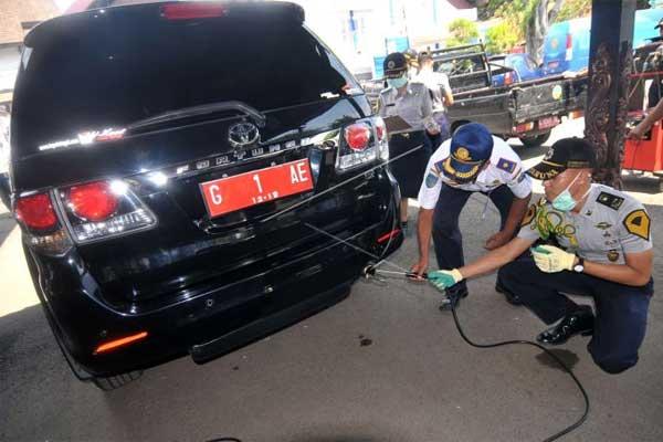 Petugas melakukan uji emisi kendaraan bermotor. - Antara
