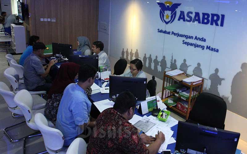 Karyawan melayani nasabah di salah satu kantor cabang milik PT Asuransi Sosial Angkatan Bersenjata Republik Indonesia (Asabri) di Jakarta. Bisnis - Dedi Gunawan