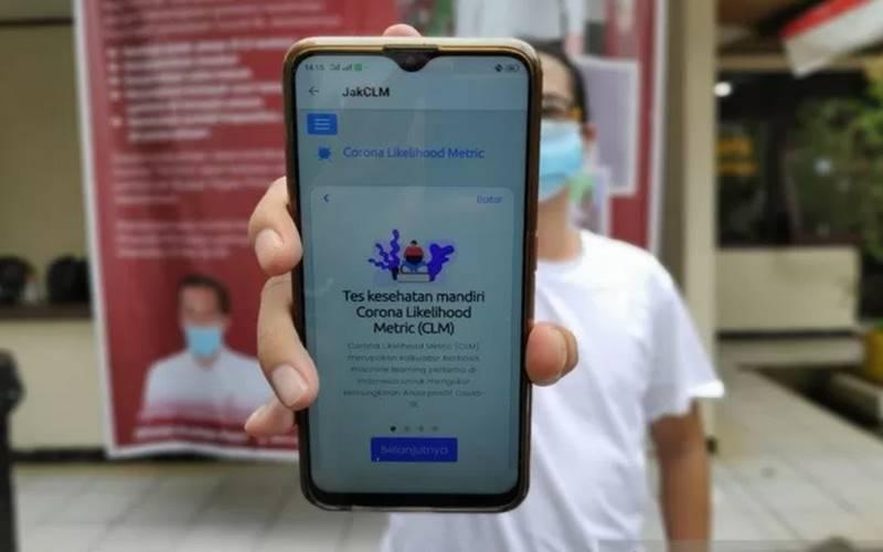 Seorang pelintas di Kelurahan Pondok Kopi, Duren Sawit, Jakarta Timur, memperlihatkan aplikasi