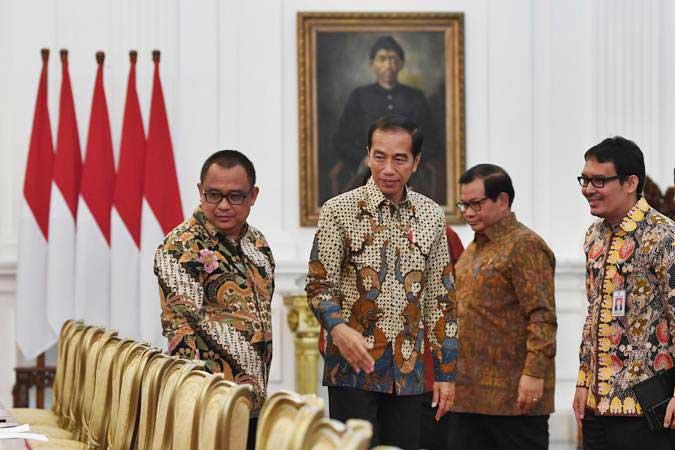 Presiden Joko Widodo (kedua kiri) didampingi Seskab Pramono Anung (kedua kanan) menerima pengurus Asosiasi Pengusaha Indonesia (Apindo) di Istana Merdeka Jakarta, Kamis (13/6/2019). - ANTARA/Wahyu Putro A