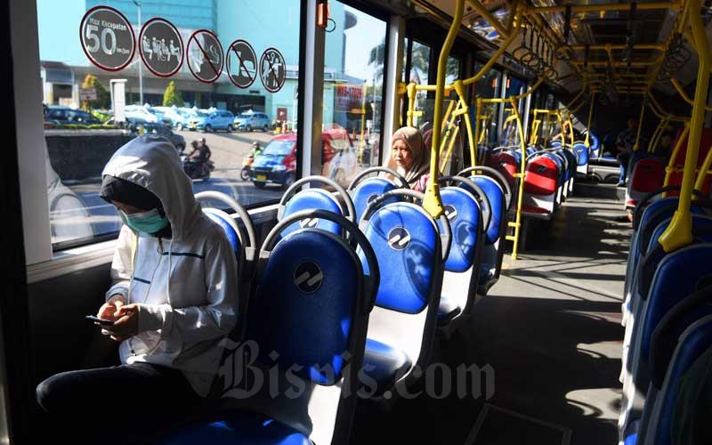 Suasana didalam bus transjakarta sepi penumpang di Cibubur, Jakarta, Selasa (17/3/2020). Bisnis - Abdurachman