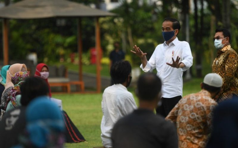 Presiden Joko Widodo (kedua kanan) didampingi Kepala Staff Presiden Moeldoko (kanan) berpidato di sela pemberian bantuan modal kerja kepada pedagang kecil yang terdampak COVID-19 di halaman tengah Istana Merdeka, Jakarta, Selasa (21/7/2020). Presiden memberikan bantuan sebesar Rp2,4 juta kepada masing-masing pedagang. ANTARA FOTO/Akbar Nugroho Gumay - aww.