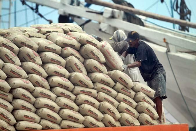 Pekerja memindahkan semen Tonasa (Semen Indonesia Group) ke atas kapal di Pelabuhan Paotere, Makassar, Sulawesi Selatan, Senin (10/6). - Bisnis/Paulus Tandi Bone