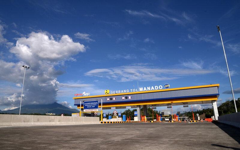 Gerbang tol Manado-Bitung tampak dari Manado, Sulawesi Utara, Senin (6/7/2020). Jalan tol ini diharapkan dapat mengurai kemacetan di jalur utama serta memangkas waktu perjalanan dari Manado-Bitung, yang sebelumnya diperlukan waktu 1-1,5 jam menjadi 40-50 menit. Kementerian Pekerjaan Umum dan Perumahan Rakyat (PUPR) menargetkan ruas tol sepanjang 39 kilometer (km) ini dapat beroperasi pada Juli 2020. - Antara/Adwit B Pramono