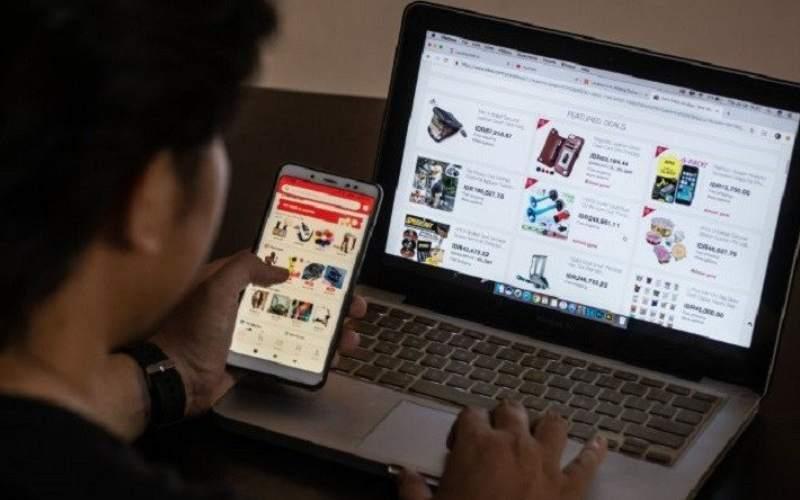 Warga memilih barang-barang belanjaan yang dijual secara daring. ANTARA FOTO/Aprillio Akbar - hp.