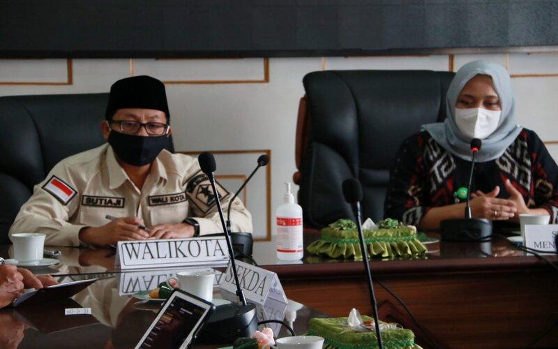 Wali Kota Malang Sutiaji (kiri) bersama dr. Mariya, Staf Khusus Menteri Kesehatan RI Bidang SDM Kesehatan saat beraudiensi dengan Wali Kota Malang Sutiaji di Malang, Selasa (21/7/2020). - Istimewa