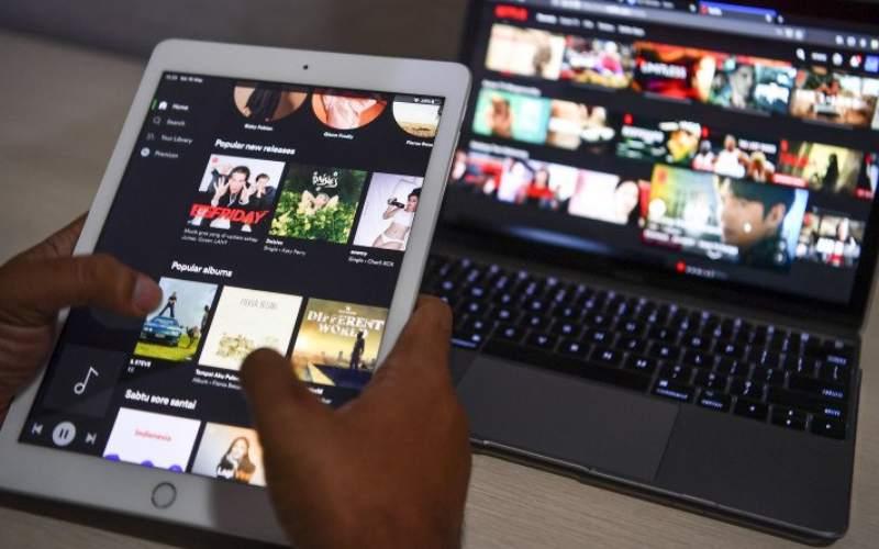 Warga mengakses layanan film daring melalui gawai di Jakarta, Sabtu (16/5/2020). ANTARA FOTO/Nova Wahyudi - hp.