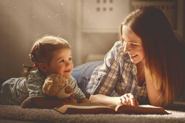 Ibu menceritakan dongeng pada anak. - Istimewa