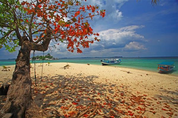 Hamparan pasir putih Pulau Lengkuas di Belitung. - Indonesia Travel