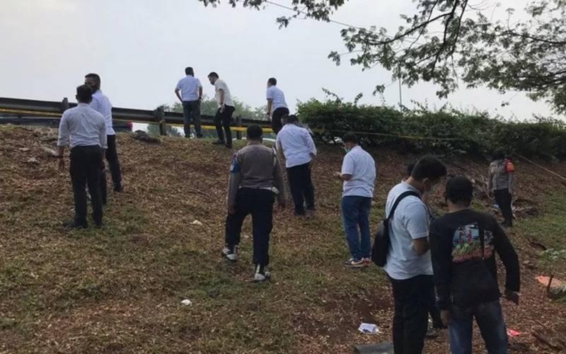 Tim penyidik gabungan melakukan pengecekan ulang tempat kejadian perkara (TKP) penemuan jenazah editor Metro TV di samping tol JORR Ulujami, Pesanggarahan, Jakarta Selatan, Senin (20/7/2020). - Antara