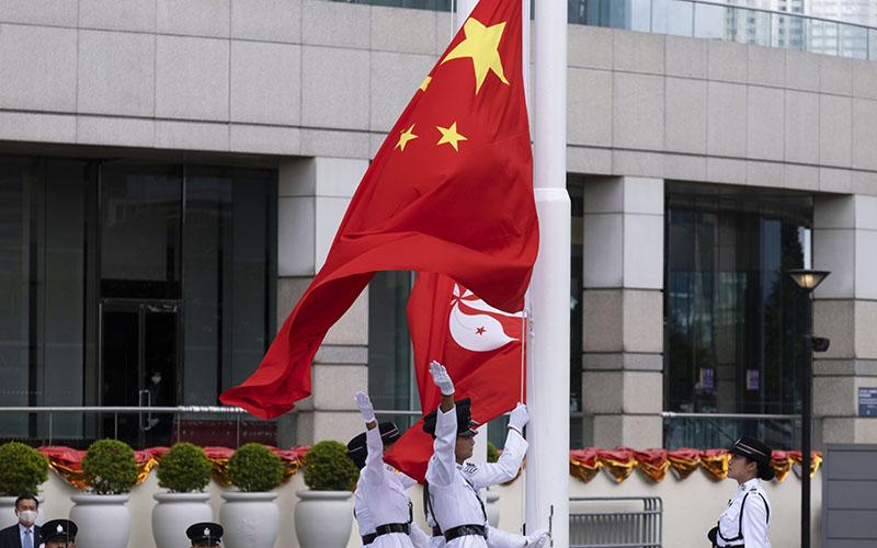 Bendera China dalam upacara memperingati 23 tahun kembalinya Hong Kong ke pemerintahan China pada 1 Juli 2020 - Bloomberg