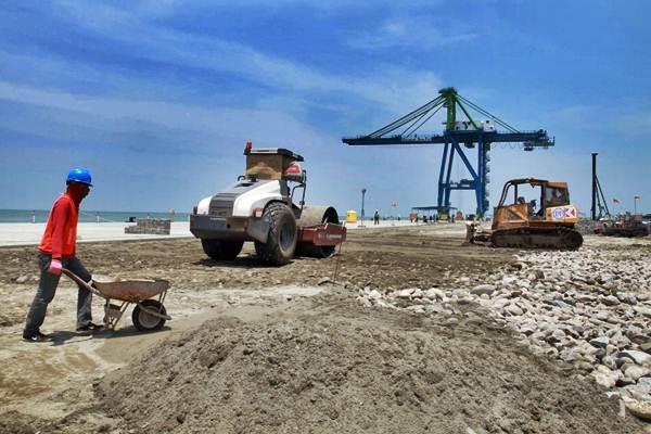 Pekerja beraktivitas di proyek pembangunan Makassar New Port (MNP) di Makassar, Sulawesi Selatan, Selasa (23/10/2018). - JIBI/Paulus Tandi Bone
