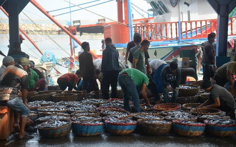 Nelayan menata keranjang berisi ikan saat berlangsung pelelangan di Pelabuhan Perikanan Kutaraja, Desa Lampulo, Banda Aceh, Aceh, Rabu (1/4 - 2020). Toke Bangku atau Pedagang Penampung di daerah itu menyatakan hasil tangkapan ikan terkendala pemasaran dan saat ini hanya mengandalkan pasar lokal, jika tangkapan ikan melimpah harganya anjlok, sedangkan untuk penjualan ke luar daerah Aceh terhenti sejak beberapa pekan terakhir dampak dari pandemi Covid/19. ANTARA