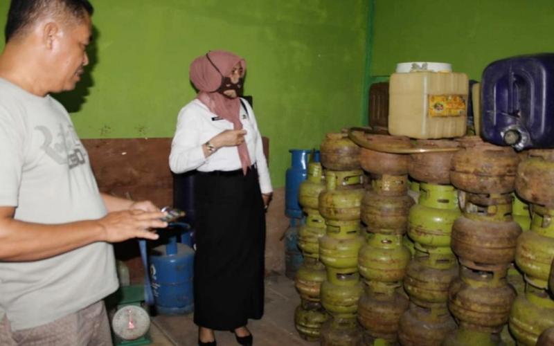 Plt Kepala Dinas Perdagangan dan Perindustrian Muba Azizah mengecek penjualan gas LPG 3 Kg di daerah itu. istimewa