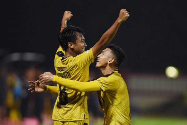 Dua pemain andalan Bhayangkara FC, Muhammad Hargianto (kiri) dan Dendy Sulistyawan - Antara/Akbar Nugroho Gumay