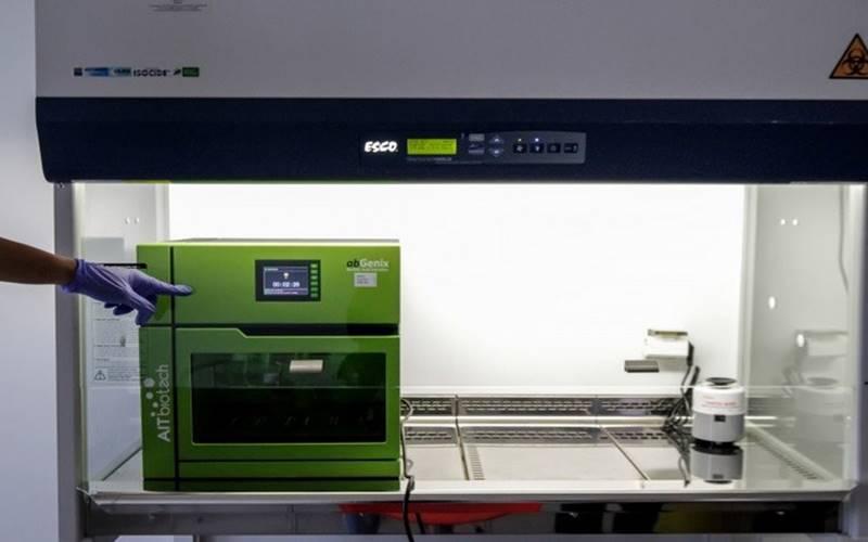 Ilustrasi - Petugas mengoperasikan alat tes polymerase chain reaction (PCR) - Antara