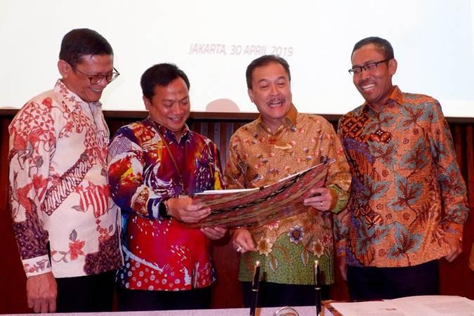 Direktur PT Permodalan Nasional Madani (PNM) Tjatur H Priyono (dari kiri), Dirut Arief Mulyadi, Dirut Perum Jamkrindo Randi Anto dan Direktur Amin Mas'udi berbincang usai menandatangani perjanjian kerja sama penjaminan kredit super mikro produk PNM Mekaar (Membina Ekonomi Keluarga Sejahtera) di Jakarta, Selasa (30/4/2019). - Bisnis/Nurul Hidayat