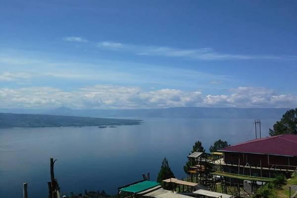 Danau Toba dilihat dari Bukit Simarjarunjung di Kabupaten Simalungun, Sumatra Utara./Bisnis - Nancy Junita br Nainggolan